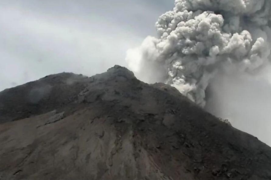 خبرنگاران فعالترین آتشفشان اندونزی دوباره فوران کرد