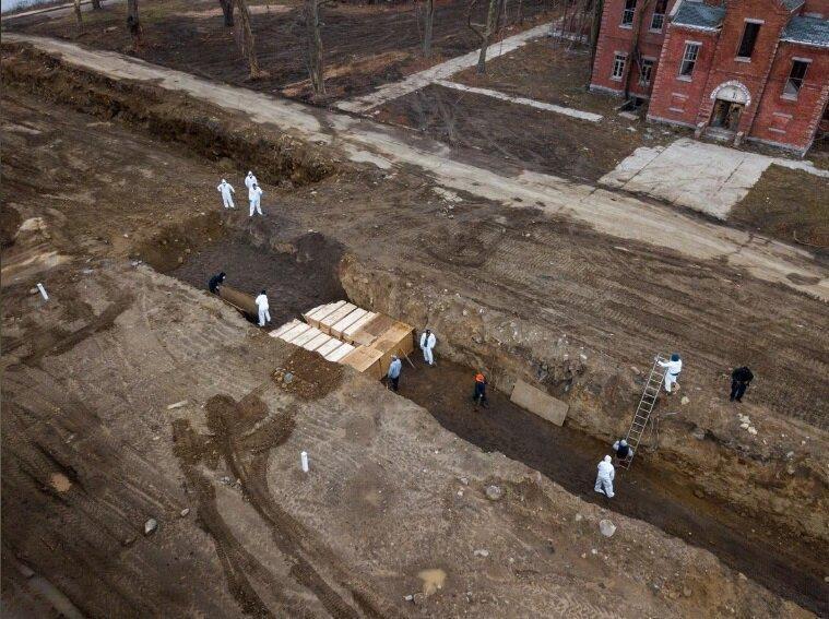 فیلم ، تصاویر تکان دهنده دفن دسته جمعی جان باختگان کرونا در نیویورک