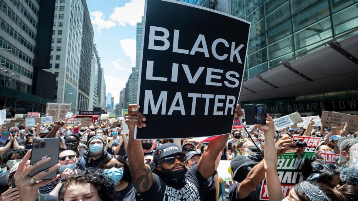 تجمع معترضان نیوزیلندی مقابل کنسولگری آمریکا در اعتراض به نژادپرستی